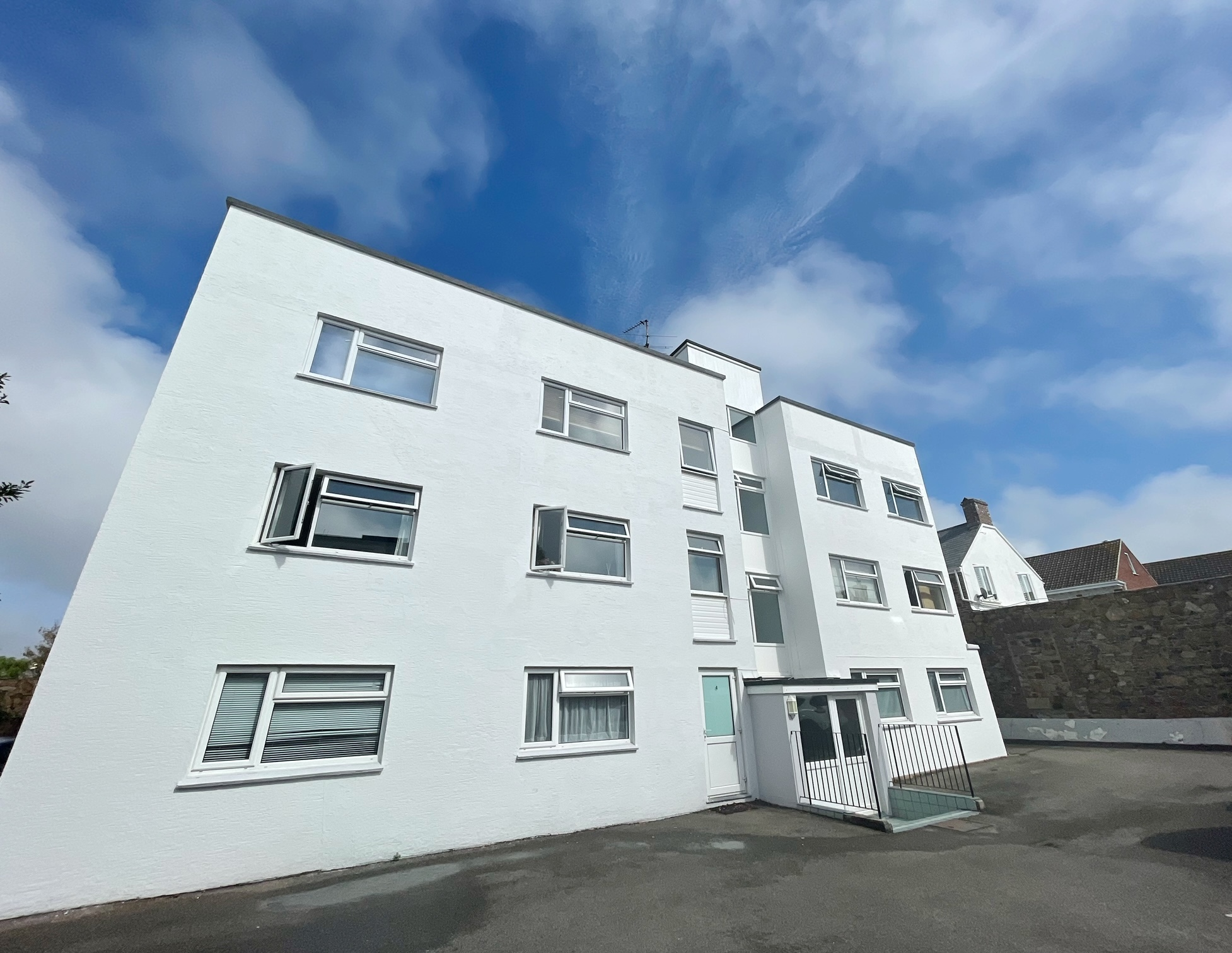 2 Bedroom Ground Floor Apartment with Parking, St Saviour, Available Now